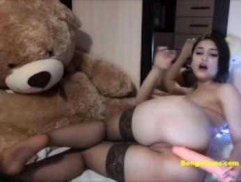Брюнетка испытывает свою маленькую секс игрушку